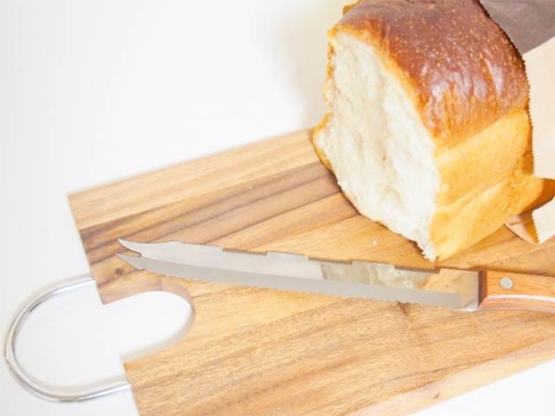 ウォールナットのカッティングボードに食パンと包丁