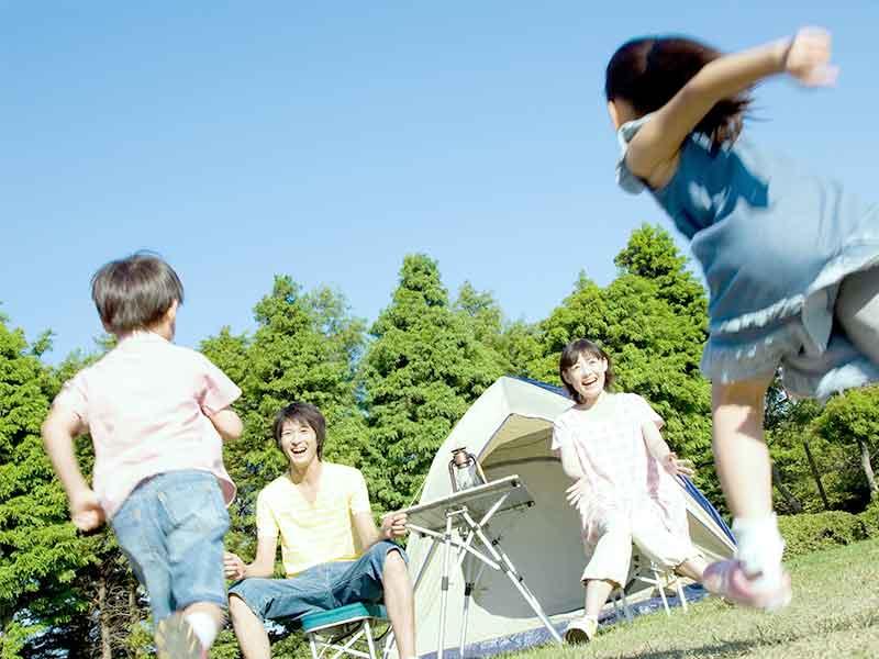 キャンプ場でパパに向かって走る子供達