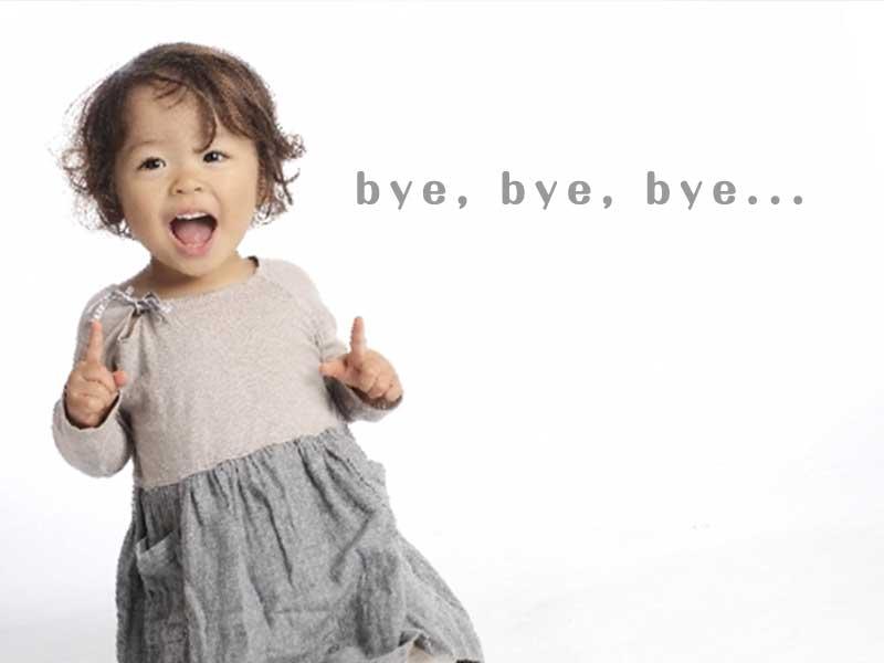 bye, bye, bye...と笑顔で歌っている女の子