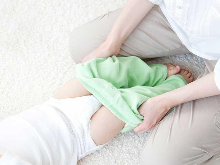 赤ちゃんのオムツ交換をしているママ