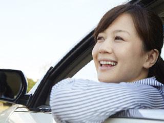 笑顔で車から顏を出す女性