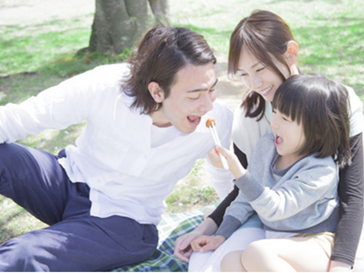 公園で花見をしている家族