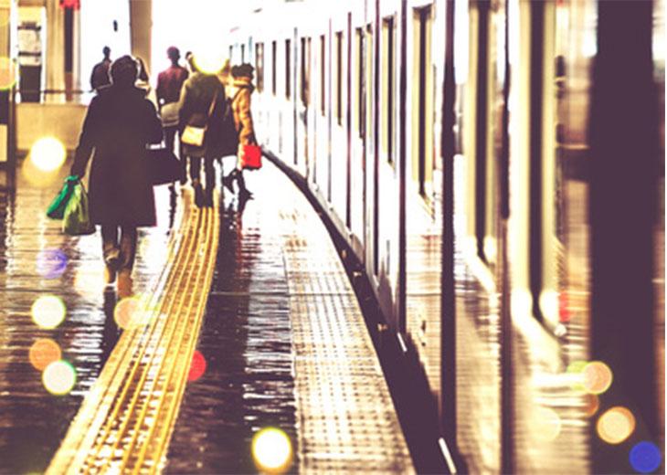 旅行者の多い駅のホーム
