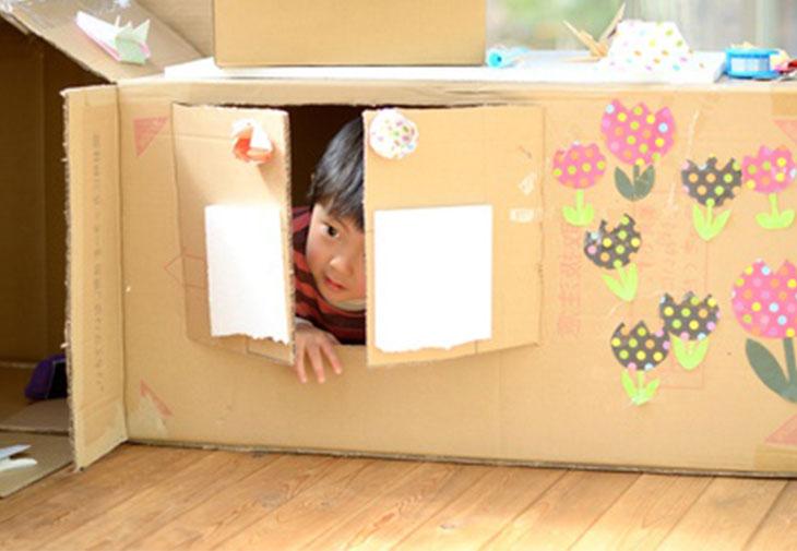 ダンボールハウスで遊んでいる幼稚園児