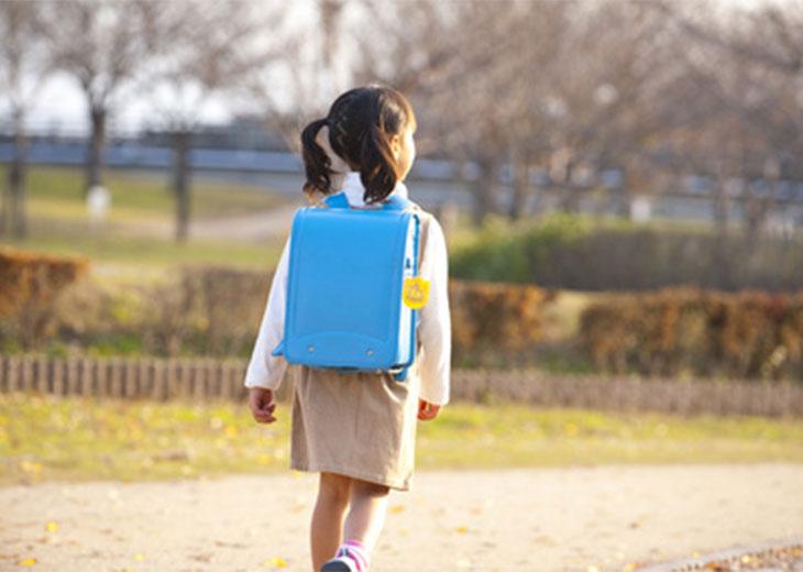 通学路を歩いているランドセルを背負った女の子